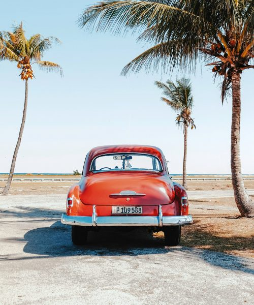 Wholesale Tour Operator Alandis Travel presenting old-fashioned American car in Cuba